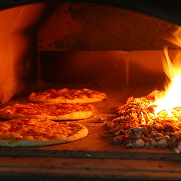 Pizza backen im Holzbackofen