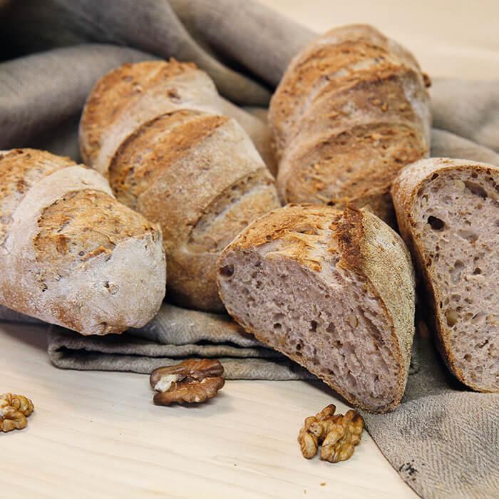Baguettebrötchen mit Walnuss und der klassischen Variante