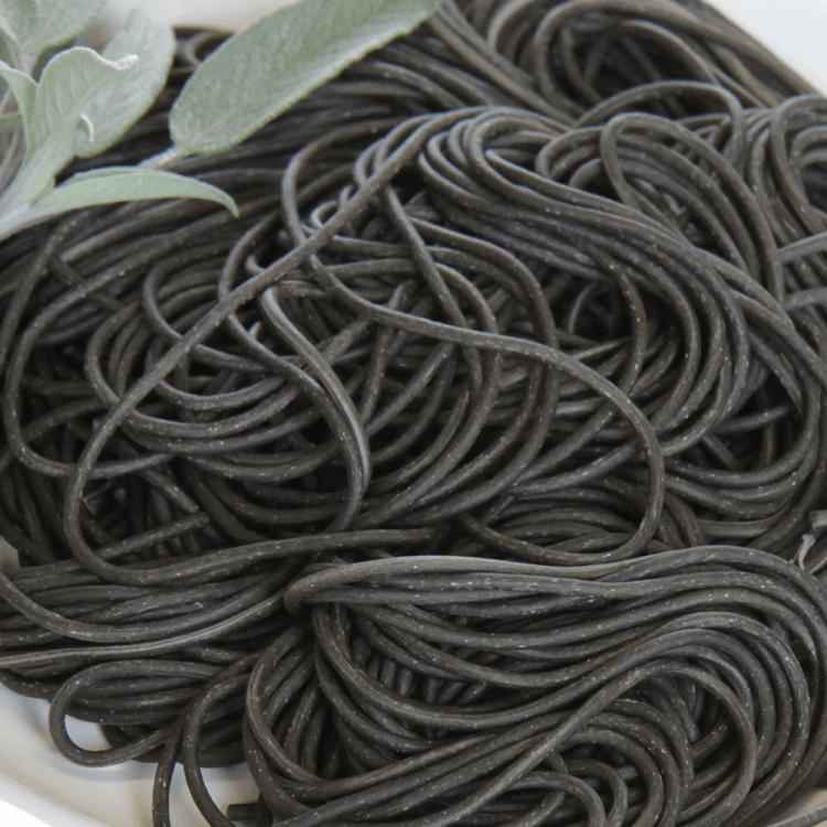 Sepia-Nudeln